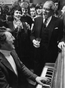 22nd March 1974:  Dennis Quilley (1927 - 2003) plays the piano as Laurence Olivier (1907 - 1989) and his wife Joan Plowright lead a group of colleagues in a sing song.  (Photo by Graham Wood/Evening Standard/Getty Images)